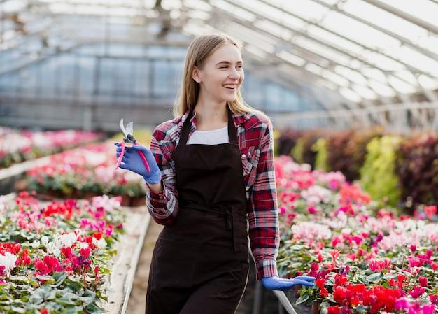 Vooraanzicht vrouw met tuinieren schaar