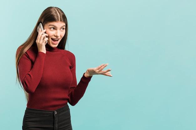 Vooraanzicht vrouw op haar telefoon