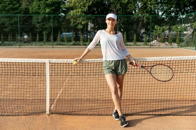 Vooraanzicht vrouw op tennisbaan