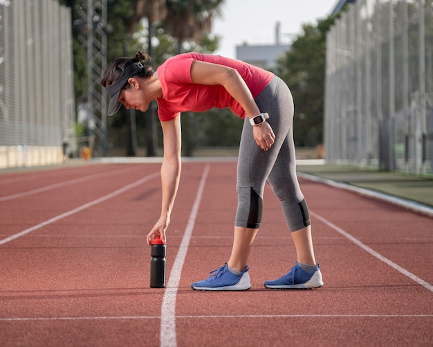 Vooraanzicht vrouw op veld oefenen