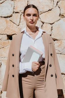 Vooraanzicht vrouw poseren met notebooks