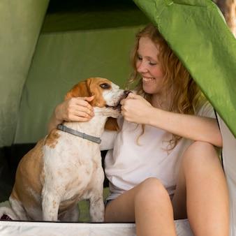Vooraanzicht vrouw speelt met haar hond