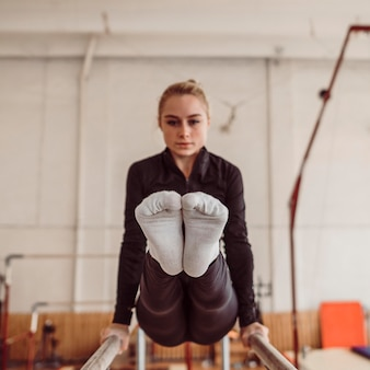 Vooraanzicht vrouw training voor gymnastiek kampioenschap