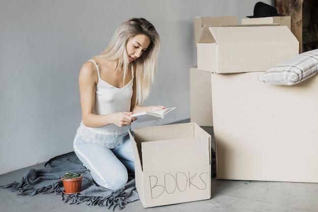 Vooraanzicht vrouw verpakking boeken