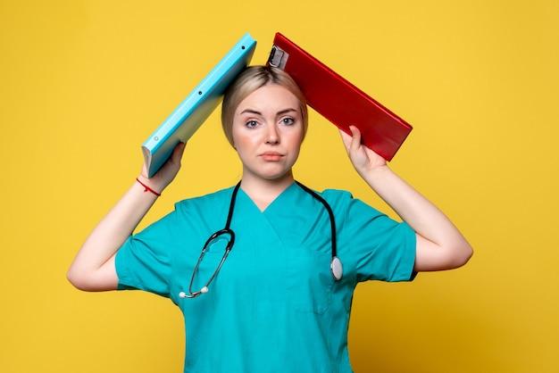 Vooraanzicht vrouwelijke arts bedrijf analyse, ambulance ziekenhuis gezondheid covid-19 medic verpleegster