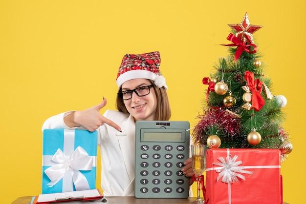 Vooraanzicht vrouwelijke arts bedrijf rekenmachine