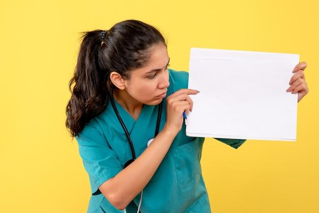 Vooraanzicht vrouwelijke arts die documenten toont