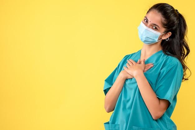 Vooraanzicht vrouwelijke arts die haar handen kruist