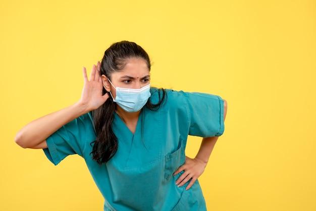 Vooraanzicht vrouwelijke arts die probeert te luisteren