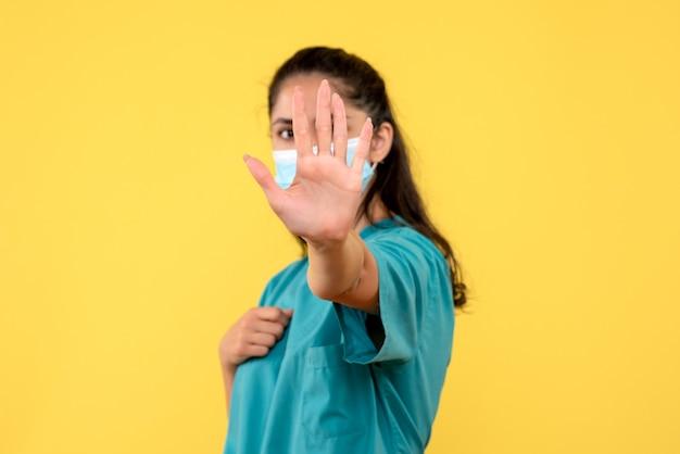 Vooraanzicht vrouwelijke arts hand voor haar gezicht zetten