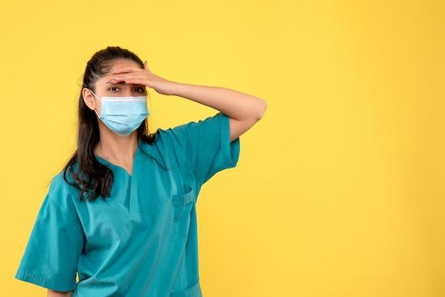 Vooraanzicht vrouwelijke arts hand zetten