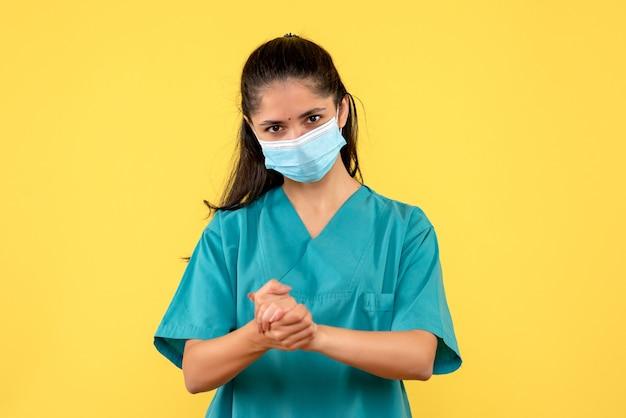 Vooraanzicht vrouwelijke arts handen bij elkaar te houden