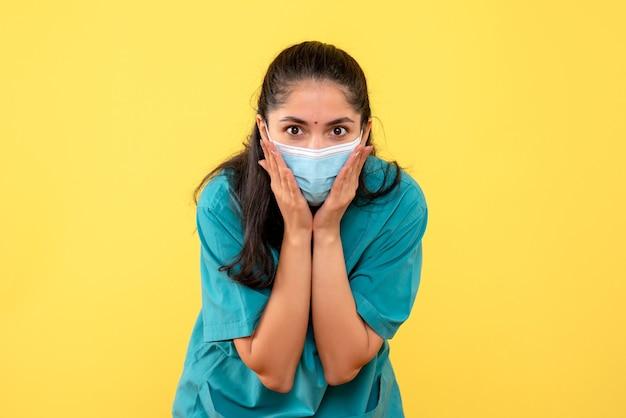 Vooraanzicht vrouwelijke arts handen zetten
