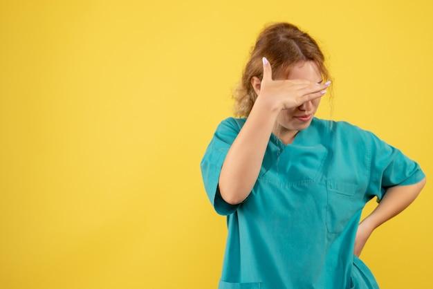 Vooraanzicht vrouwelijke arts in medisch overhemd beklemtoond, kleur van de verpleegster covid-19 van de gezondheidsdokter
