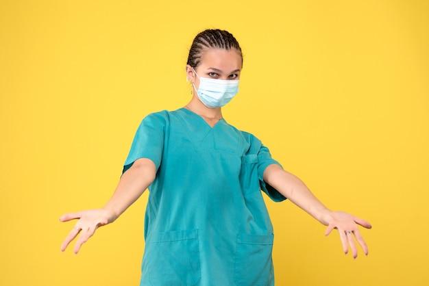 Vooraanzicht vrouwelijke arts in medisch overhemd en masker, gezondheidsverpleegster virus pandemie covid-19 medic ziekenhuis