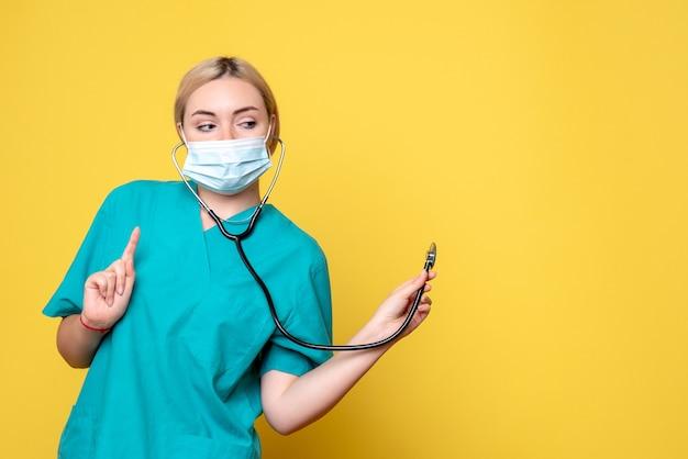 Vooraanzicht vrouwelijke arts in medisch overhemd en masker met stethoscoop, verpleegster medic covid-19 ziekenhuis gezondheid pandemie