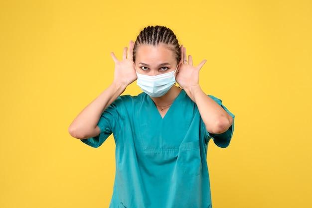 Vooraanzicht vrouwelijke arts in medisch overhemd en masker, pandemisch virus gezondheid ziekenhuis covid kleur verpleegster