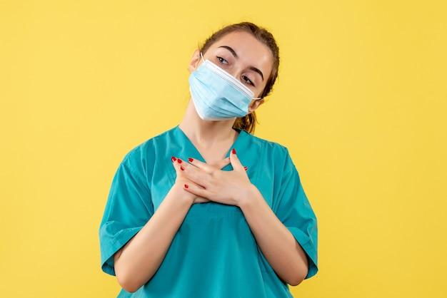 Vooraanzicht vrouwelijke arts in medisch overhemd en masker, uniforme virus gezondheid kleur covid pandemie