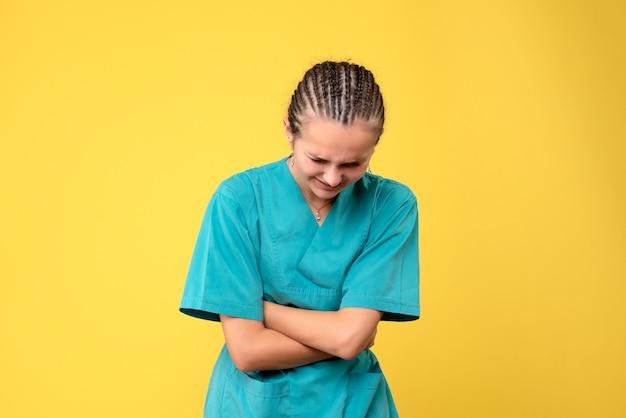Vooraanzicht vrouwelijke arts in medisch overhemd, gezondheid emotie covid kleur verpleegster ziekenhuis