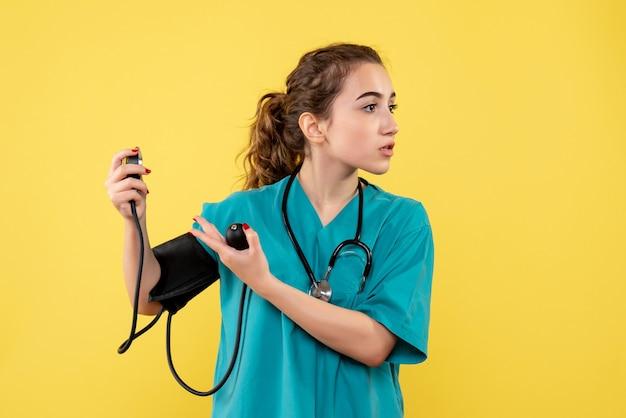 Vooraanzicht vrouwelijke arts in medisch overhemd haar druk, virus gezondheid emotie uniform covid-19 pandemie controleren