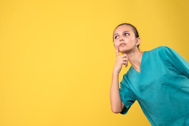 Vooraanzicht vrouwelijke arts in medisch overhemd, kleur gezondheid covid ziekenhuis emoties verpleegster medic