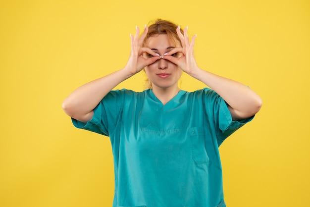 Vooraanzicht vrouwelijke arts in medisch overhemd, verpleegsterskleur covid-19 gezondheidsmedicijn