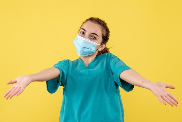 Vooraanzicht vrouwelijke arts in medisch shirt en masker, gezondheidskleur pandemie virus covid-19 uniform coronavirus