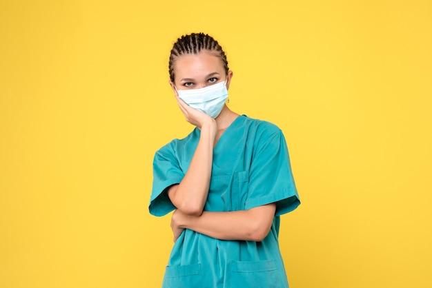 Vooraanzicht vrouwelijke arts in medisch shirt en masker, gezondheidsverpleegster ziekenhuisvirus covid-19 pandemie