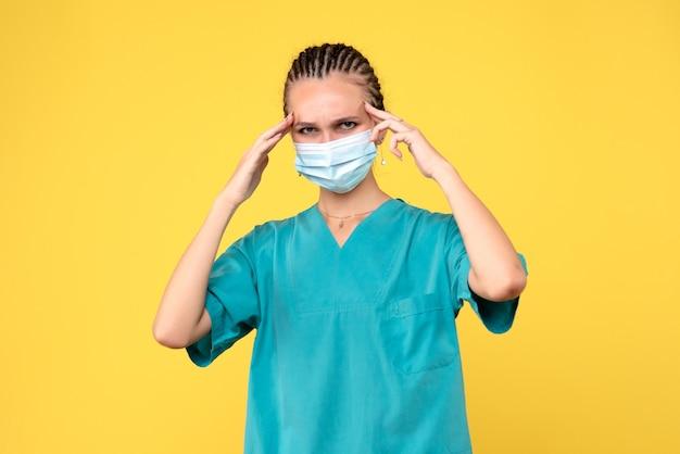Vooraanzicht vrouwelijke arts in medisch shirt en masker, medic gezondheid verpleegkundige virus pandemie covid-
