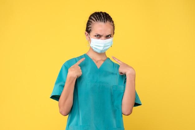 Vooraanzicht vrouwelijke arts in medisch shirt en masker, verpleegster ziekenhuis virus gezondheid covid-