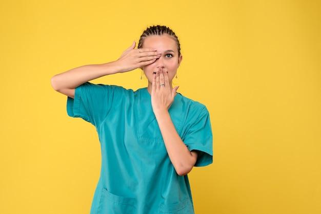 Vooraanzicht vrouwelijke arts in medisch shirt, medic gezondheid emoties covid kleur verpleegster ziekenhuis