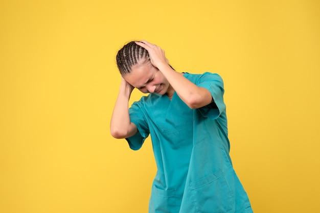 Vooraanzicht vrouwelijke arts in medisch shirt, virus gezondheid emotie covid-19 kleur ziekenhuis
