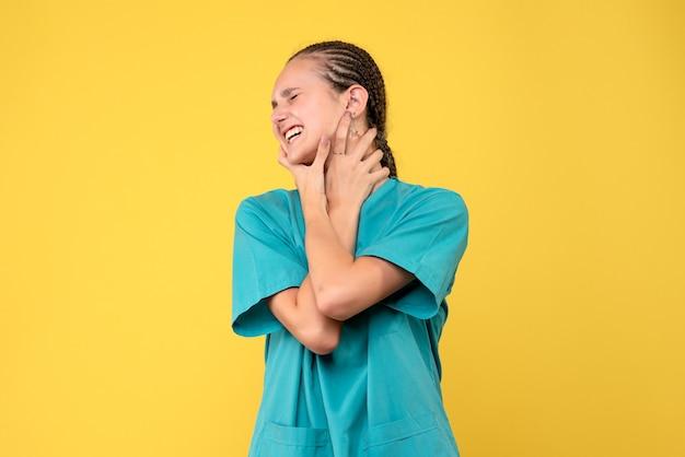 Vooraanzicht vrouwelijke arts in medisch shirt, virus gezondheid emoties covid kleur verpleegster ziekenhuis