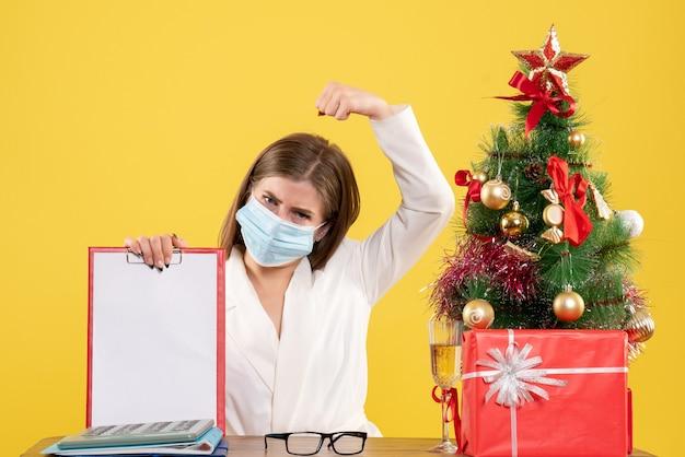 Vooraanzicht vrouwelijke arts in steriel masker