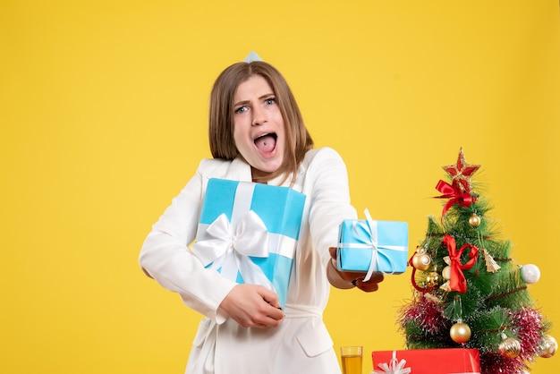 Vooraanzicht vrouwelijke arts kerstcadeautjes te houden