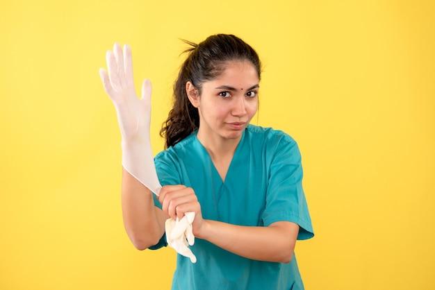 Vooraanzicht vrouwelijke arts latex handschoenen dragen