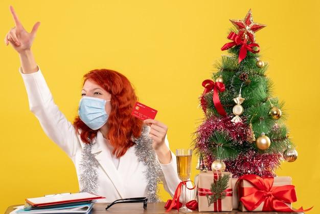 Vooraanzicht vrouwelijke arts met bankkaart