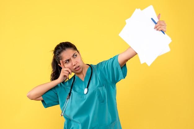 Vooraanzicht vrouwelijke arts met documenten