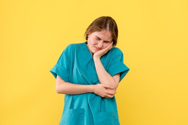 Vooraanzicht vrouwelijke arts met kiespijn op gele achtergrond medic ziekenhuis gezondheid emotie