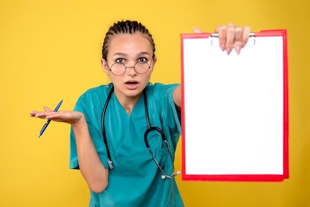 Vooraanzicht vrouwelijke arts met leeg medisch klembord, kleur ziekenhuis emotie covid-19 medic gezondheid verpleegkundige