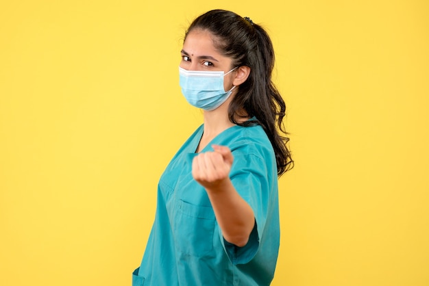 Vooraanzicht vrouwelijke arts met masker het glimlachen