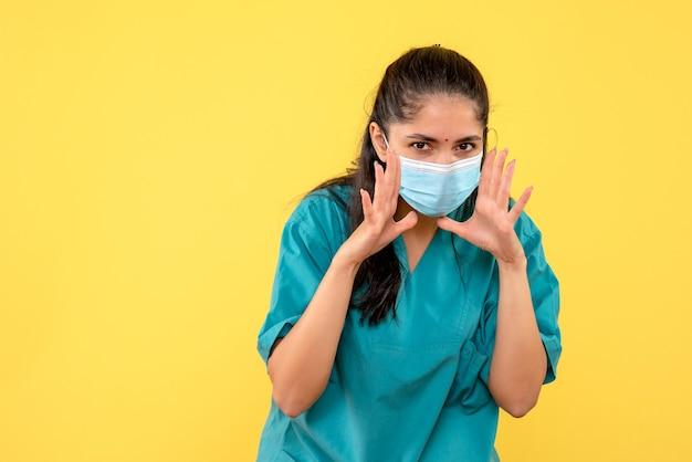 Vooraanzicht vrouwelijke arts met masker iemand bellen