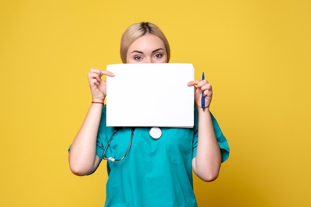 Vooraanzicht vrouwelijke arts met verschillende papieren, virus pandemie gezondheid medic verpleegkundige covid-19 ziekenhuis