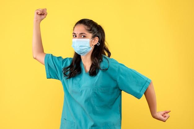 Vooraanzicht vrouwelijke arts uitgevoerd