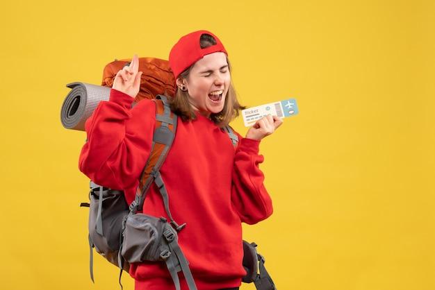 Vooraanzicht vrouwelijke backpacker vliegticket te houden