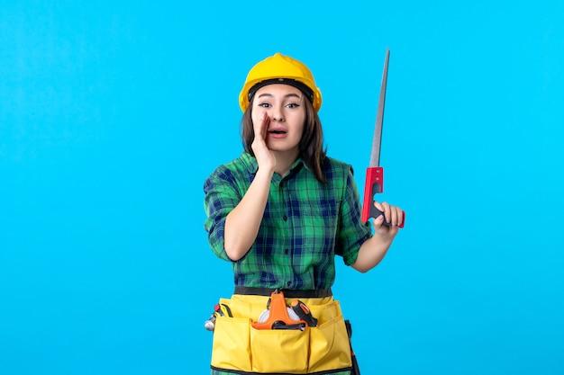 Vooraanzicht vrouwelijke bouwer met kleine zaag