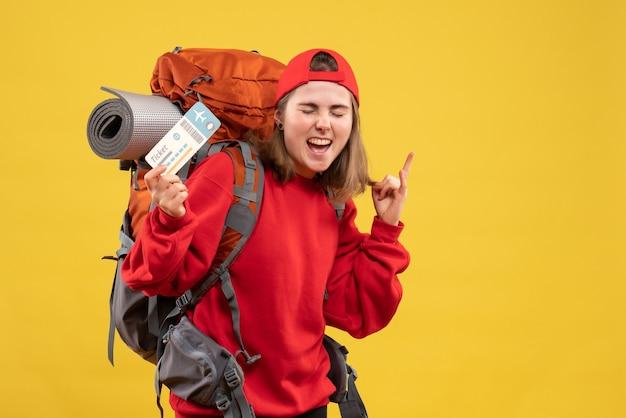 Vooraanzicht vrouwelijke camper met rugzak met vliegticket
