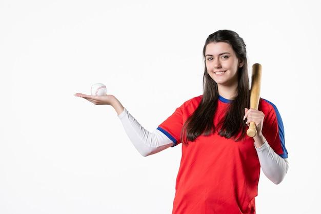 Vooraanzicht vrouwelijke honkbalspeler met knuppel en bal