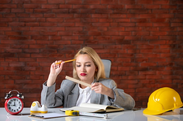 Vooraanzicht vrouwelijke ingenieur achter haar werkplek