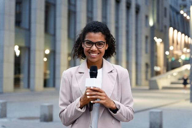 Vooraanzicht vrouwelijke journalist die een interview neemt